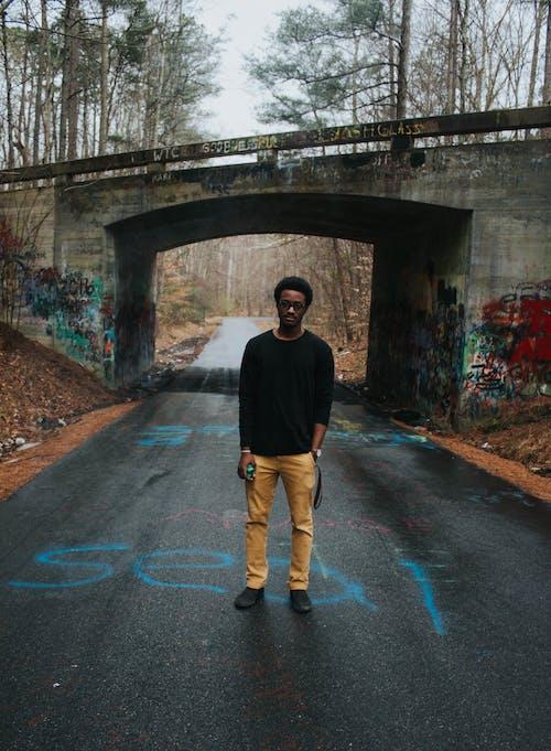 Základová fotografie zdarma na téma asfalt, černoch, denní světlo, dospělý