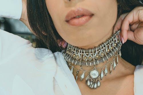 Gratis lagerfoto af chocker, close-up, halskæde, læber
