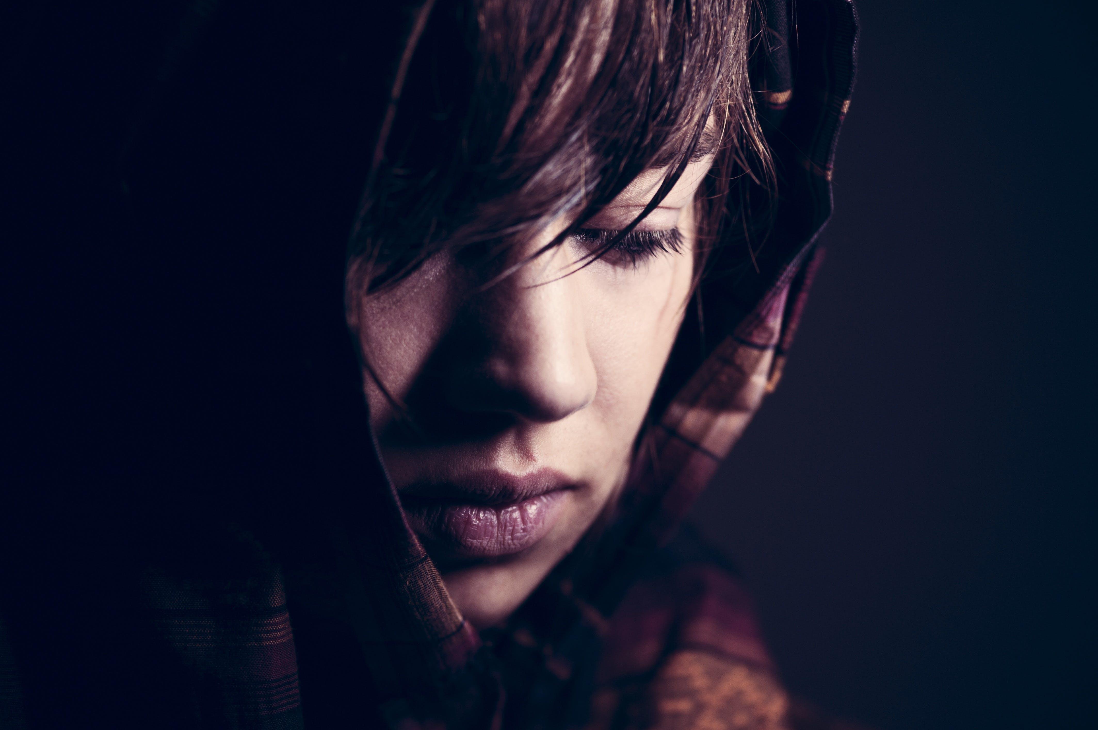갈색 머리, 강렬한, 눈, 매력적인의 무료 스톡 사진