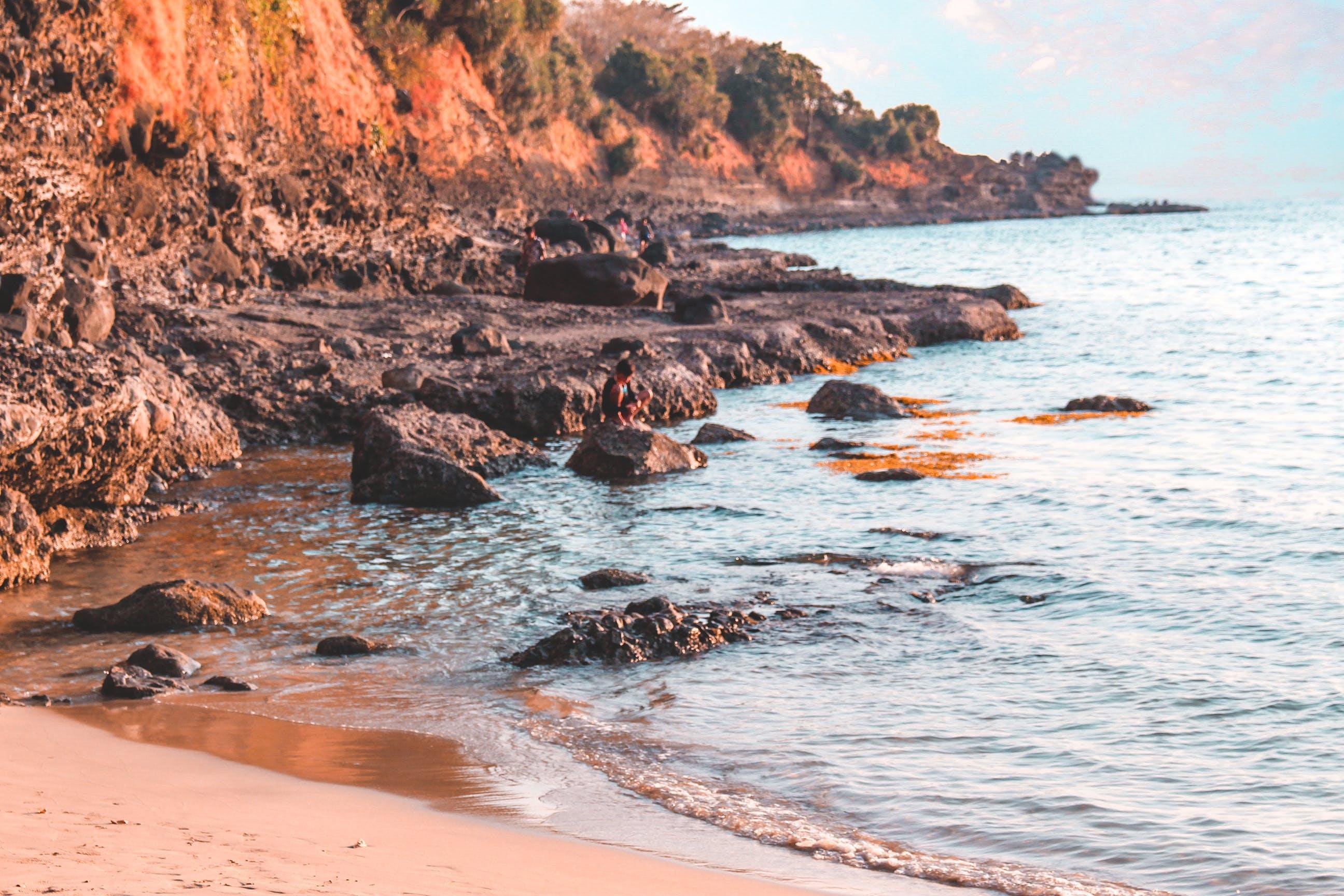 Foto d'estoc gratuïta de capvespre, costa rocallosa, Filipines, prop del mar