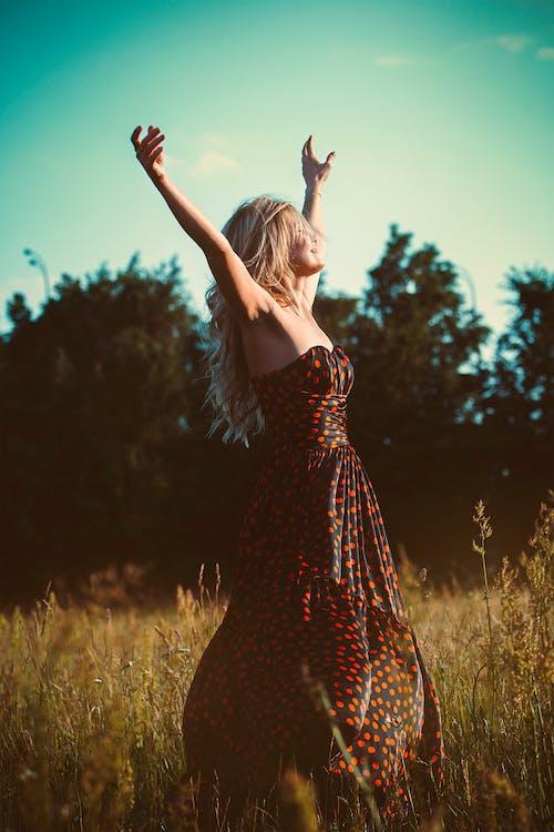 çim, çimen, dişi, elbise içeren Ücretsiz stok fotoğraf