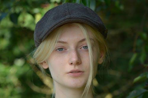 Gratis stockfoto met aantrekkelijk mooi, blond haar, bomen, cap