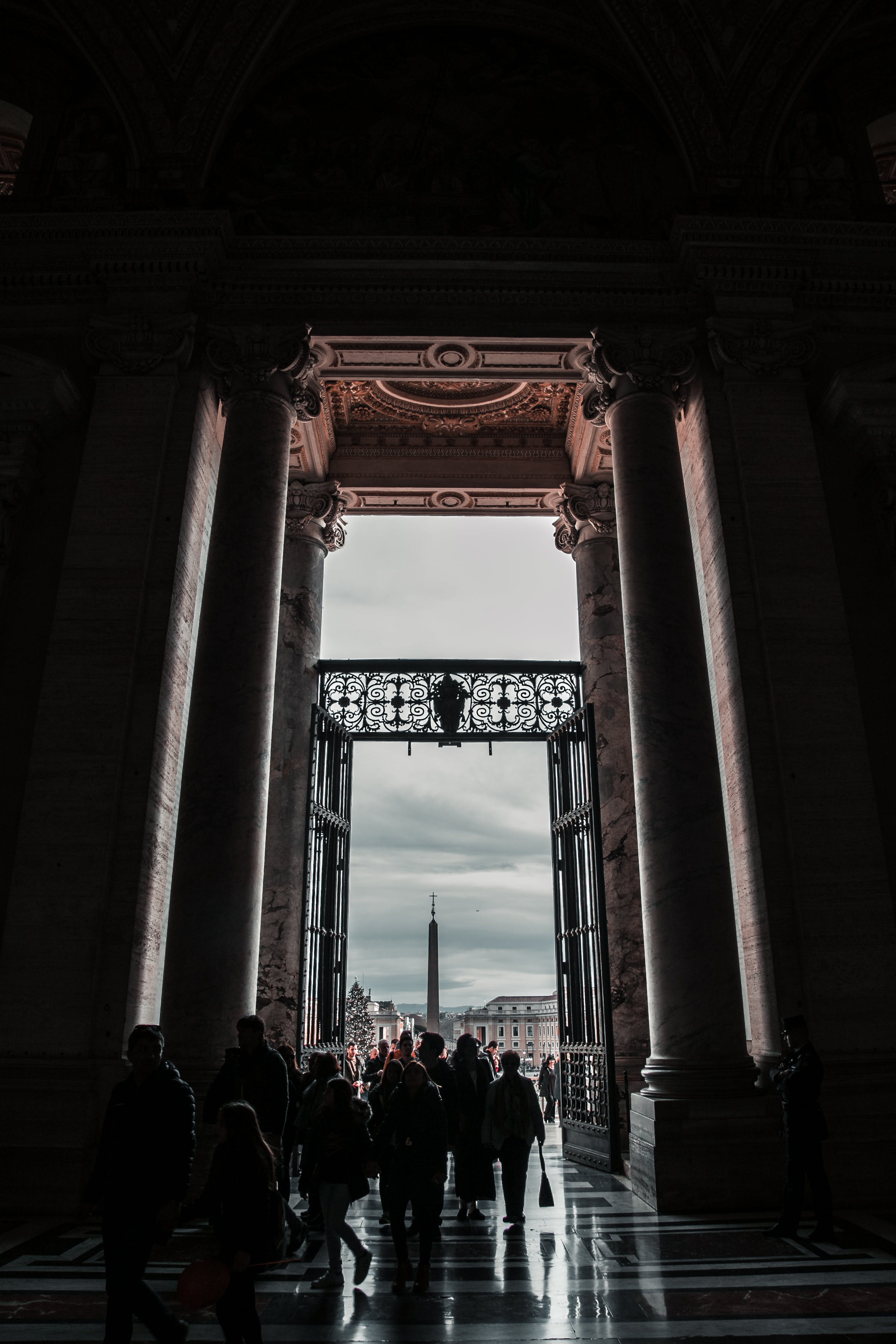 Darmowe zdjęcie z galerii z architektura, budynek, chmury, drzwi