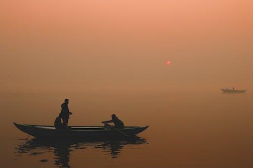 Δωρεάν στοκ φωτογραφιών με Ανατολή ηλίου, αχλή, βάρκα, Ινδία