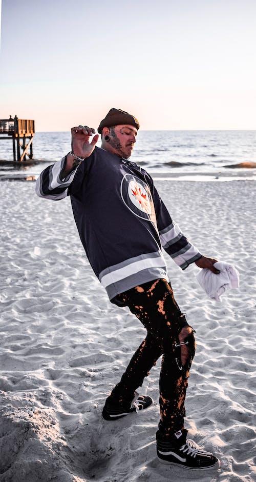 Darmowe zdjęcie z galerii z czapka, czarne dżinsy, koszulka, plaża