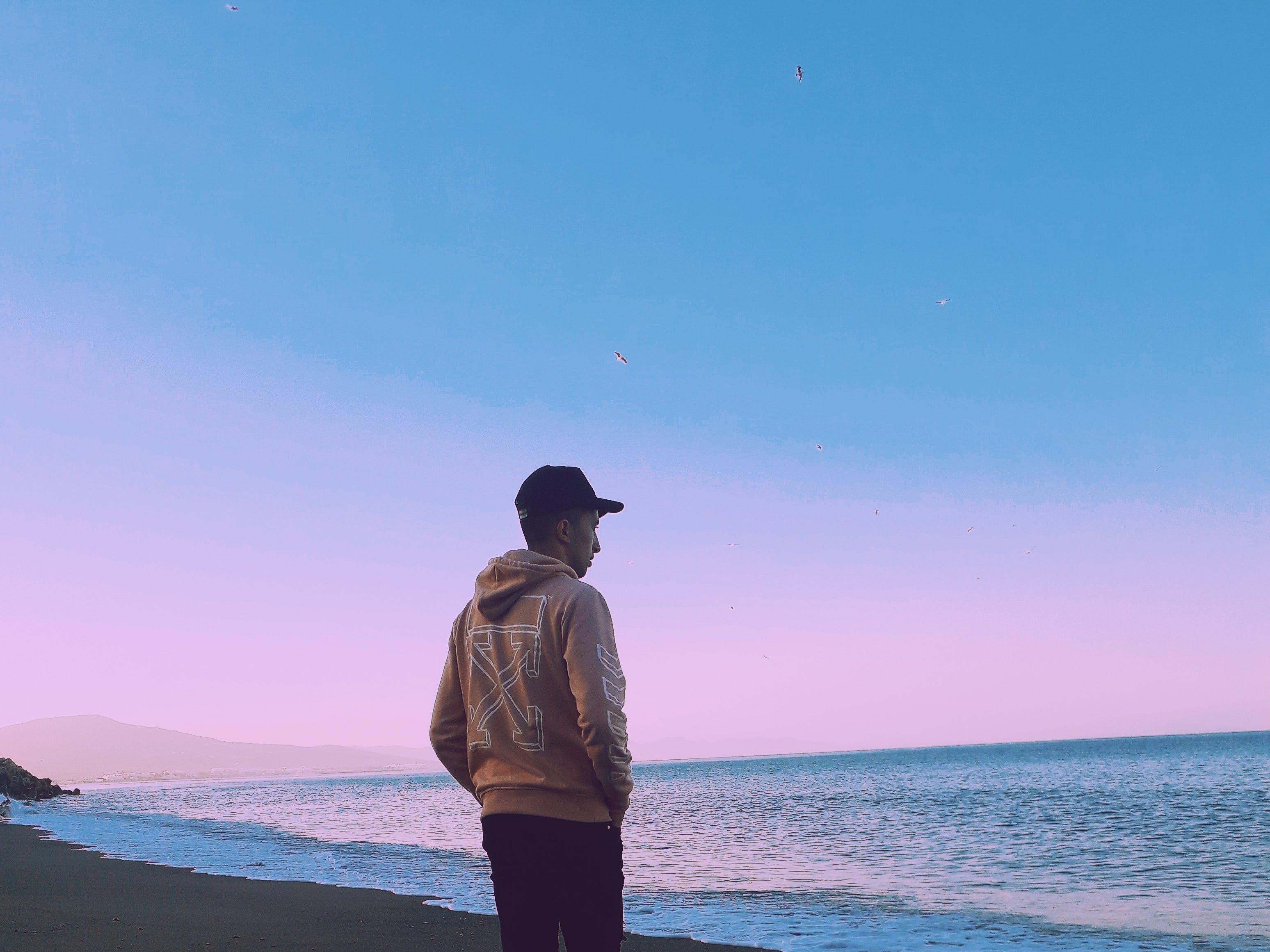 Foto profissional grátis de alvorecer, beira-mar, calma, homem