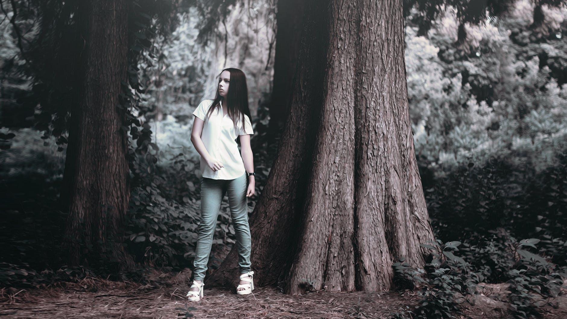 девушки около дерева может корректно