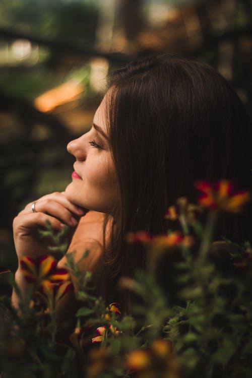 Бесплатное стоковое фото с брюнетка, Взрослый, выражение лица, женщина