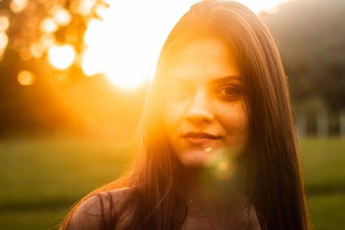 Fotobanka sbezplatnými fotkami na tému Brazílčanka, krásna žena, na zvislo, portrét západu slnka