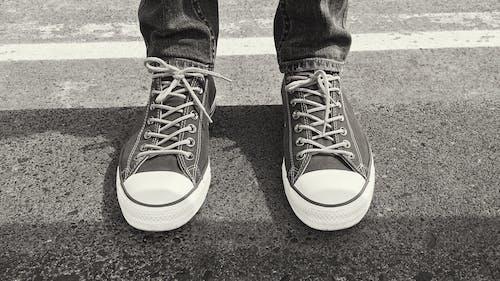 Foto profissional grátis de P&B, pés, tênis