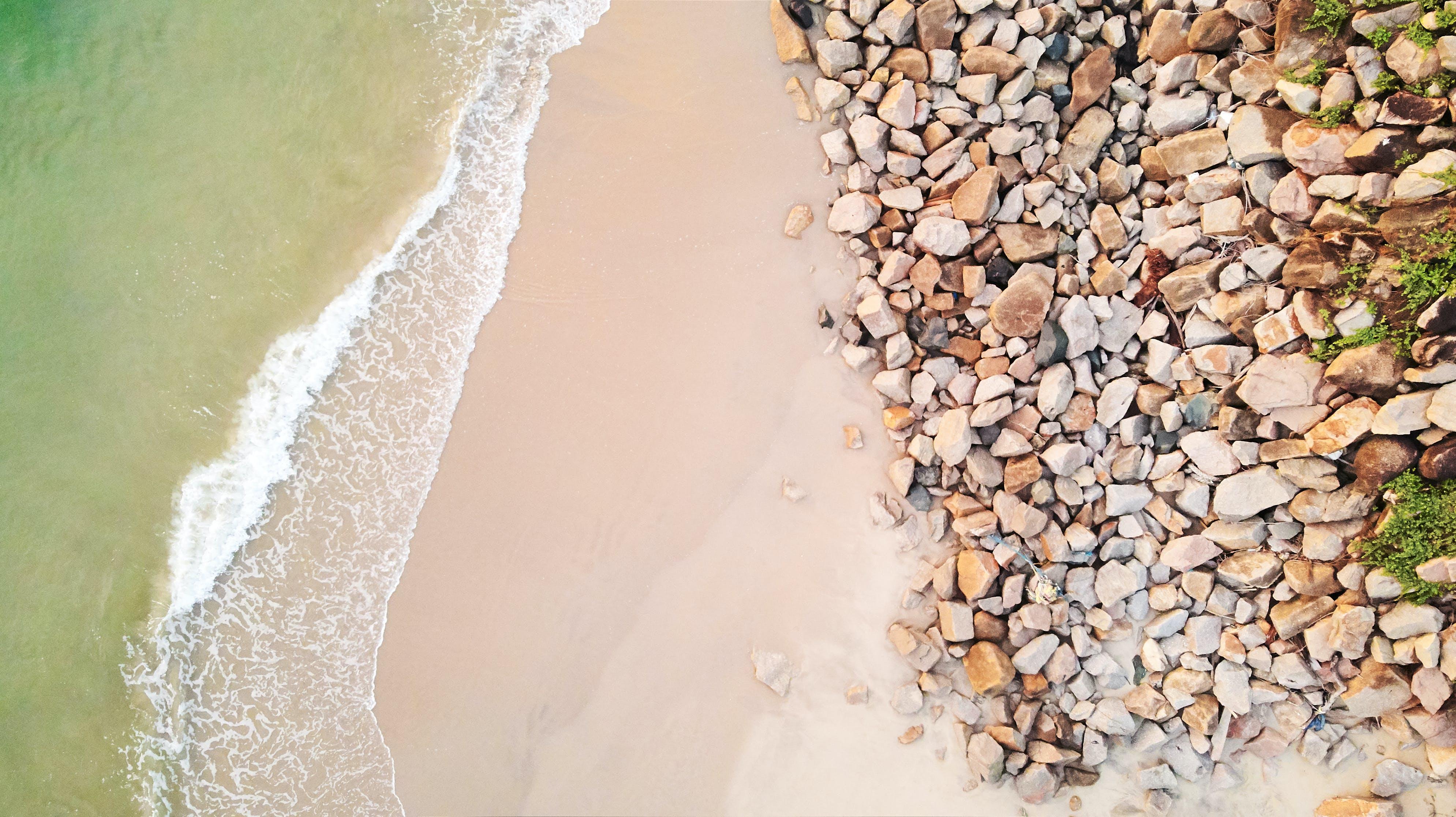 hava fotoğrafçılığı, kayalar, kuş bakışı, plaj içeren Ücretsiz stok fotoğraf