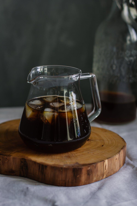 Cold Brew Kaffee mit Eiswürfeln in einer Glaskaraffe