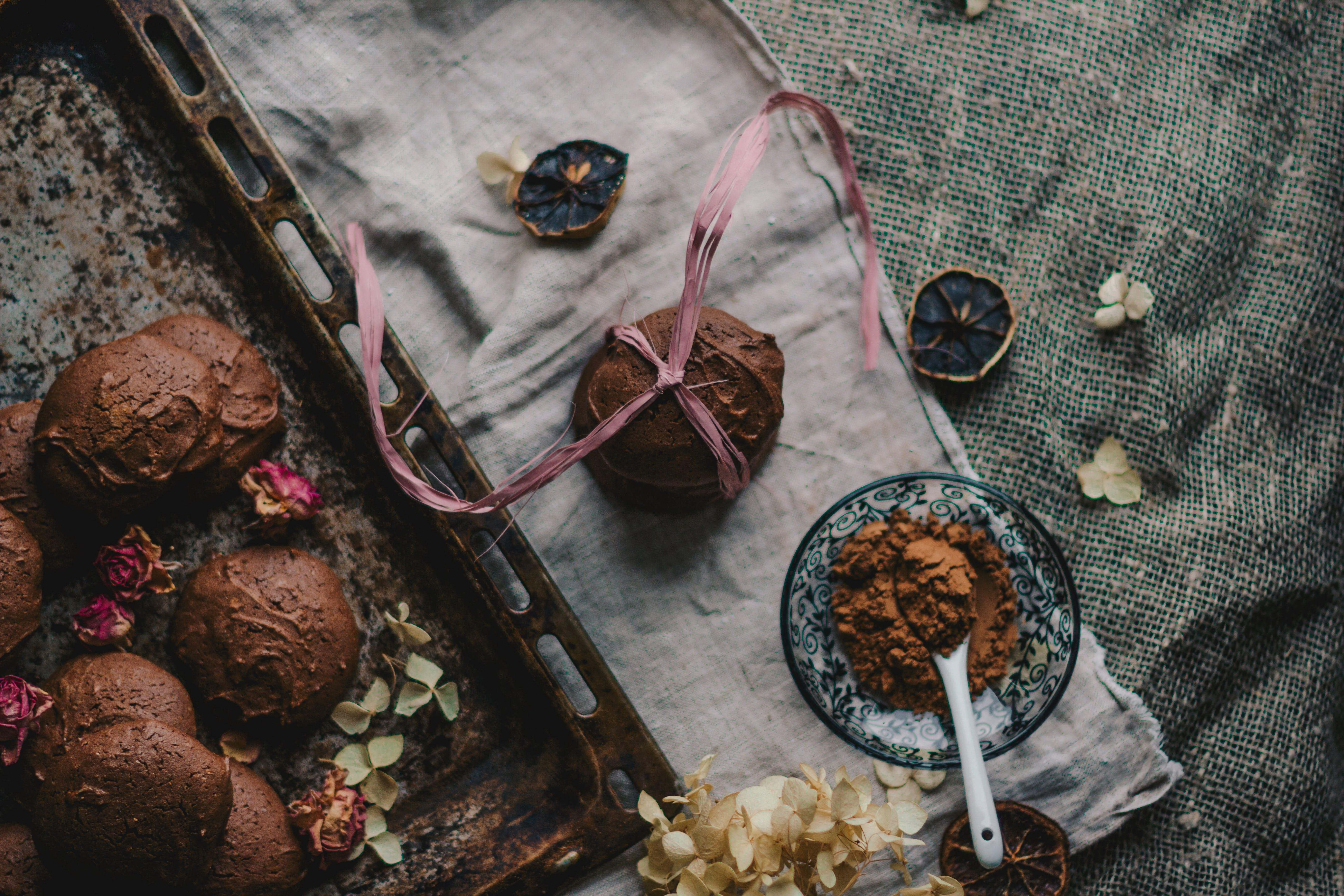 bağımlılık, çanak, Çiçekler, çikolata içeren Ücretsiz stok fotoğraf