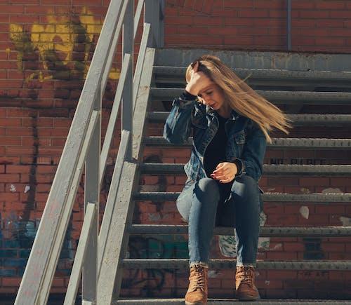 Darmowe zdjęcie z galerii z dziewczyna, dżins, długie włosy, graffiti