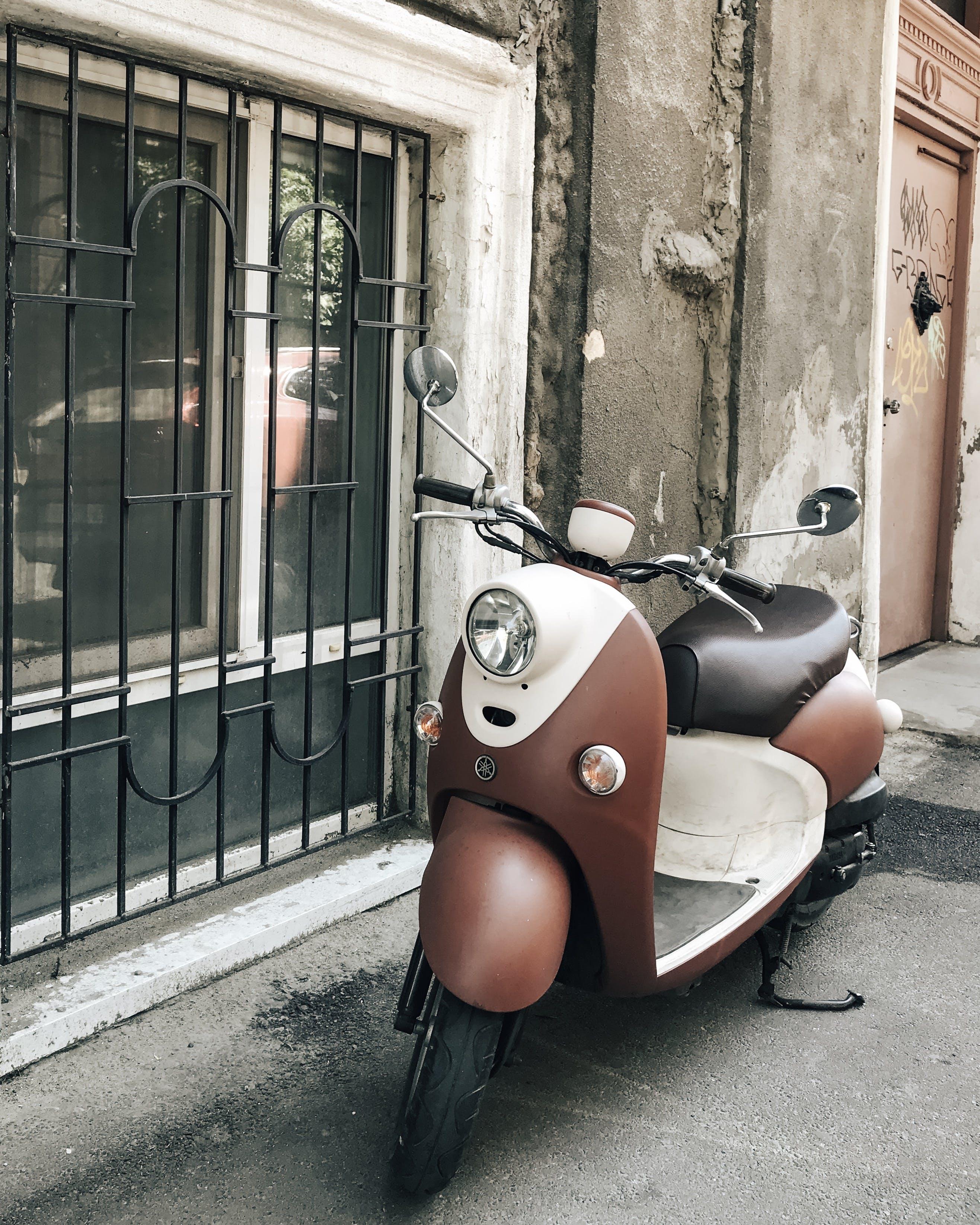 duvar, motosiklet, park etmiş, vespa içeren Ücretsiz stok fotoğraf