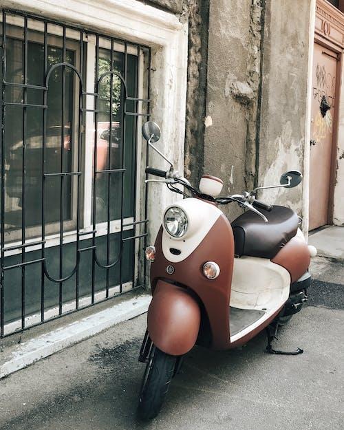 Ilmainen kuvapankkikuva tunnisteilla muuri, pysäköity, skootteri, vespa