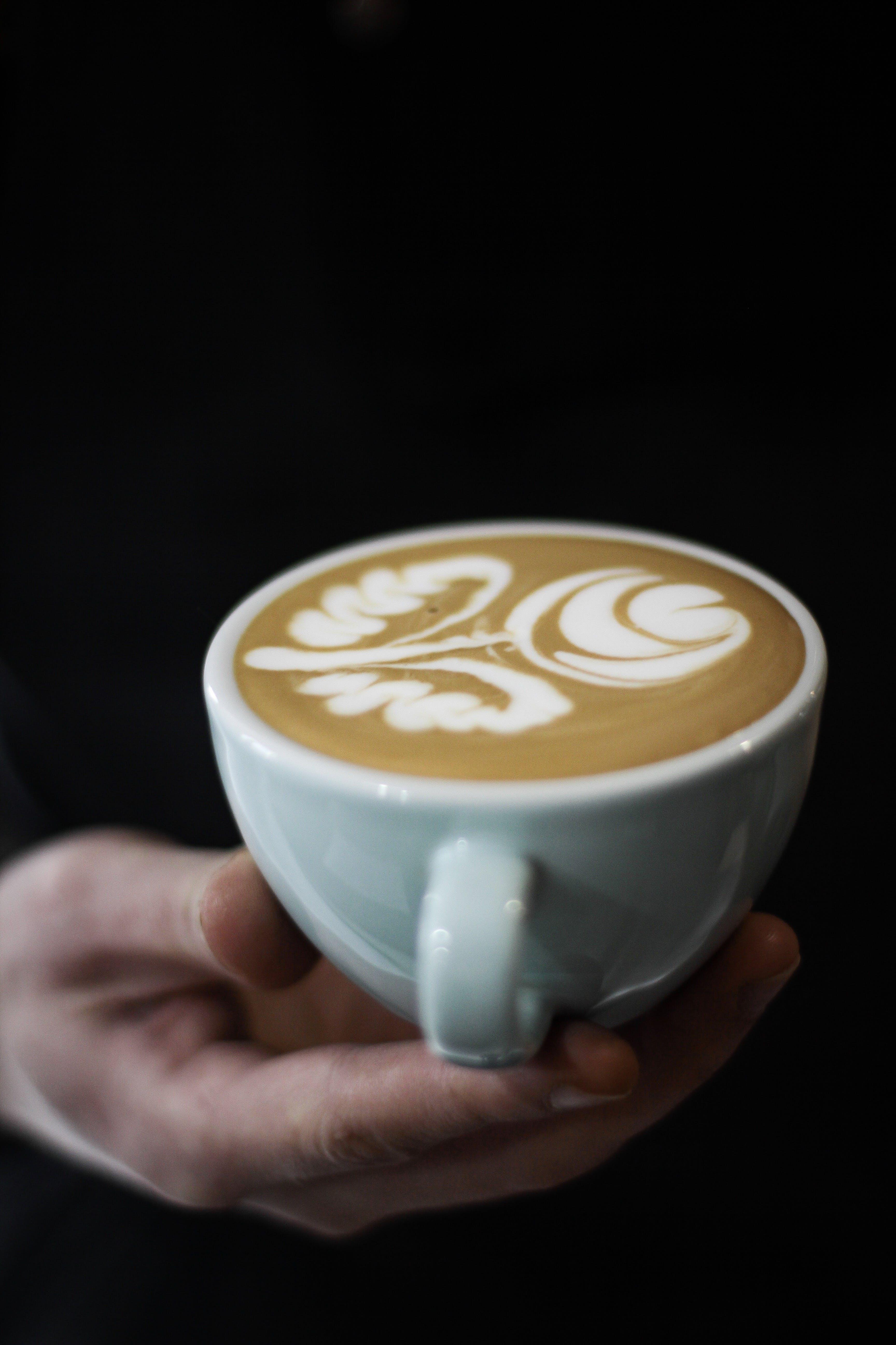 Foto stok gratis cangkir keramik, cappuccino, gelap, kafein