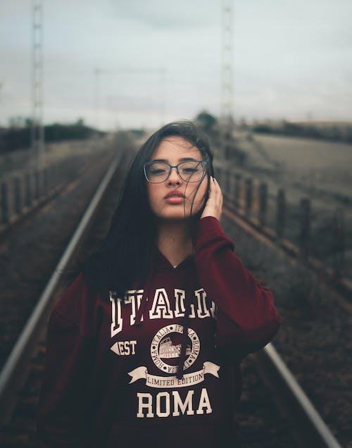 Безкоштовне стокове фото на тему «брюнетка, Гарний, жінка, залізничної колії»