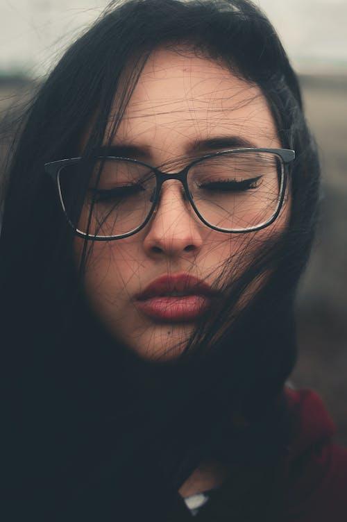 Kostnadsfri bild av brunett, glasögon, kvinna, närbild
