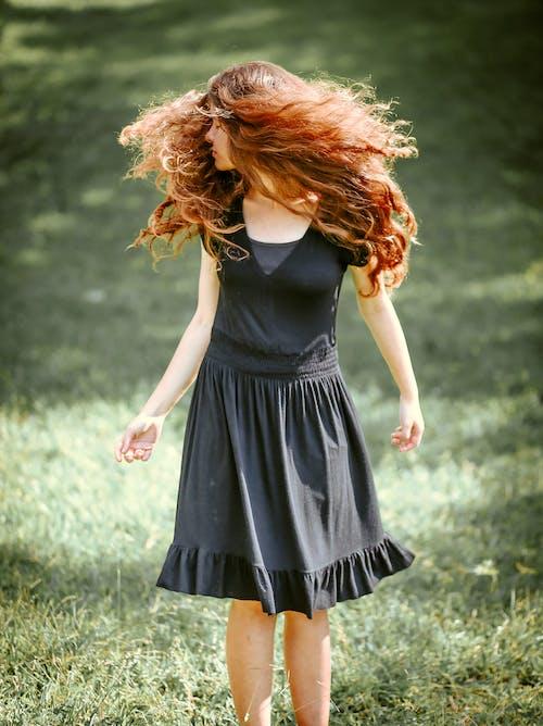 Gratis stockfoto met gras, haar naar achteren, mevrouw, model staan