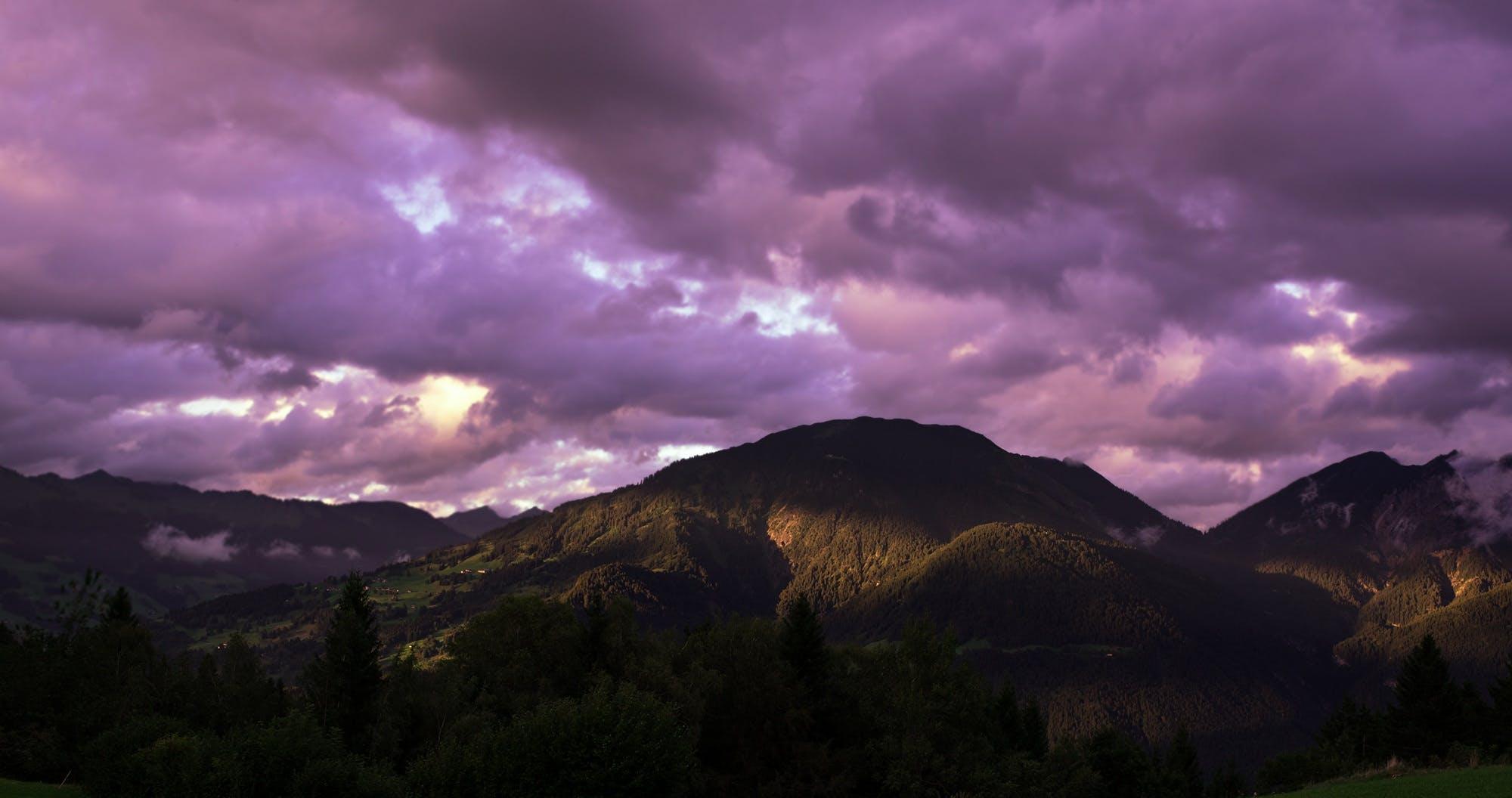 Kostenloses Stock Foto zu abend, bäume, berge, bewölkt