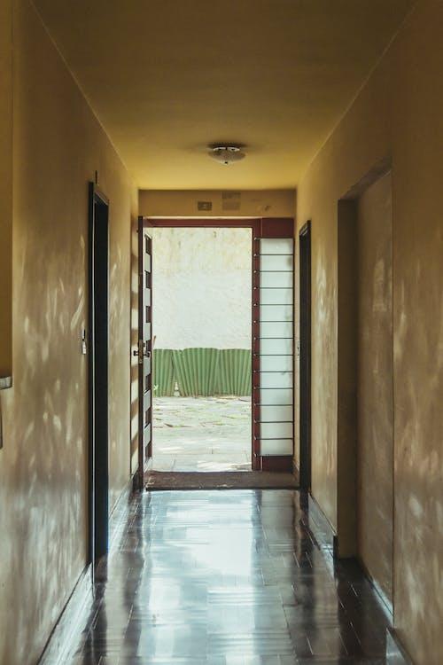 Бесплатное стоковое фото с архитектурная деталь, в помещении, вход, дверной проем