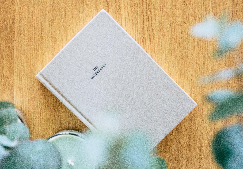 Безкоштовне стокове фото на тему «дерев'яна поверхня, література, тверда обкладинка»