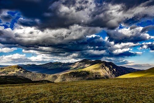 Kostnadsfri bild av äng, berg, gräs, himmel