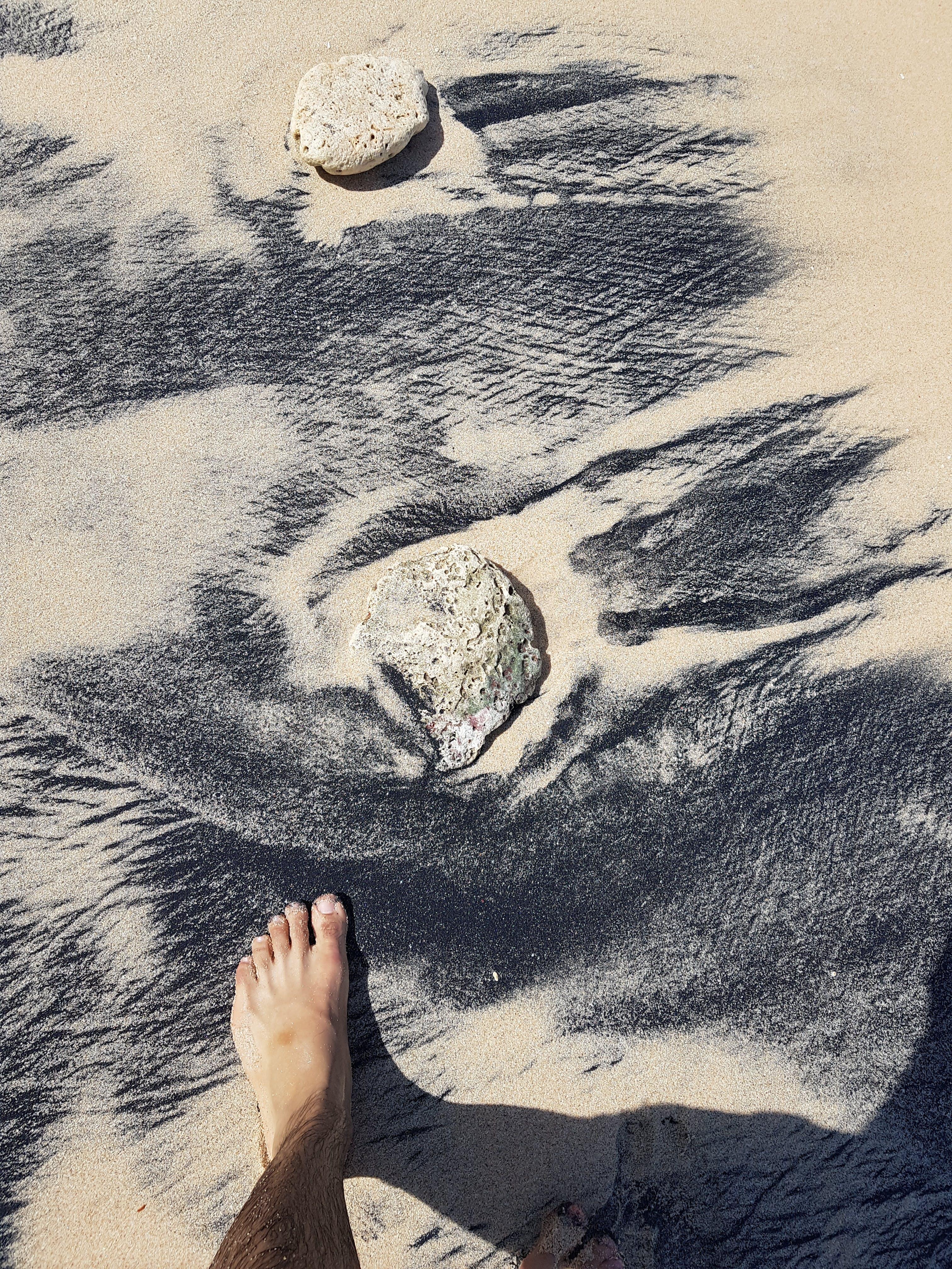Δωρεάν στοκ φωτογραφιών με άμμος, αμμουδιά, άνθρωπος, βράχια