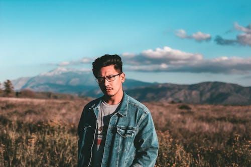Kostenloses Stock Foto zu asiatischer mann, berge, brillen, feld