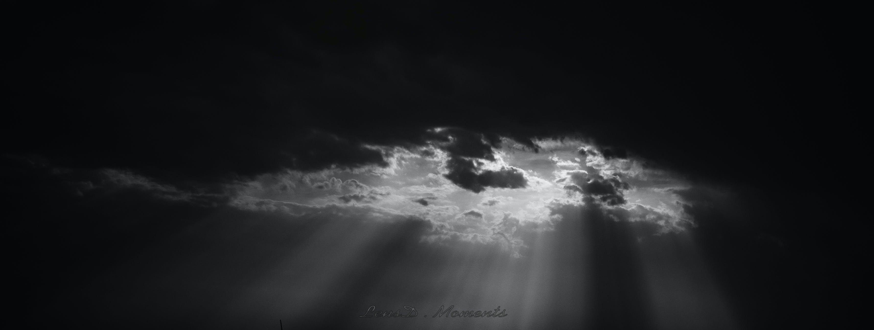 Kostenloses Stock Foto zu dunkle wolken, himmel, schatten, schwarzweißfotografie
