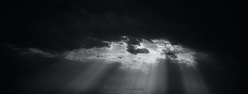 Ảnh lưu trữ miễn phí về chụp ảnh đơn sắc, những đám mây đen, sắc thái, tia nắng