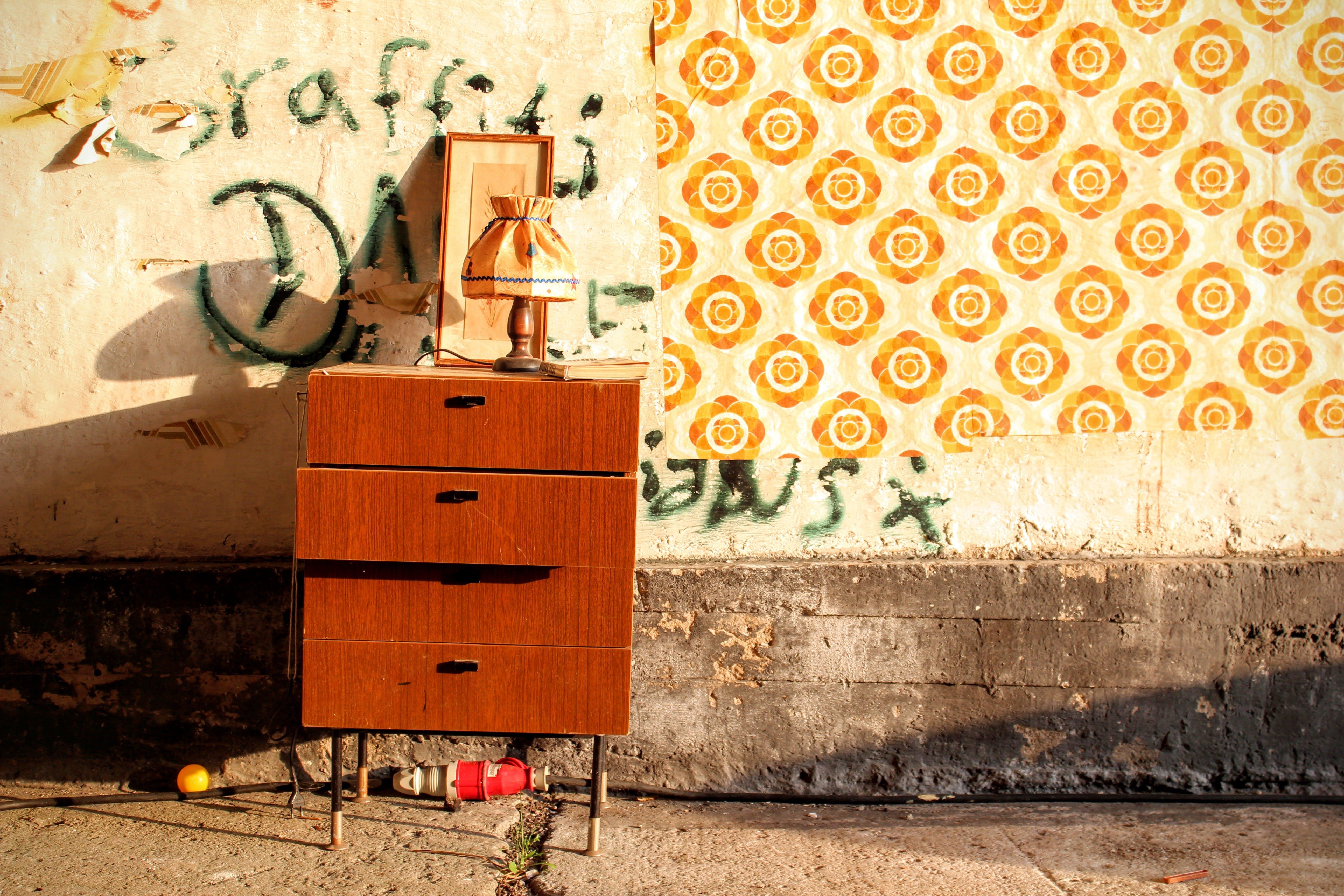 Foto stok gratis coretan, dinding, laci, lampu