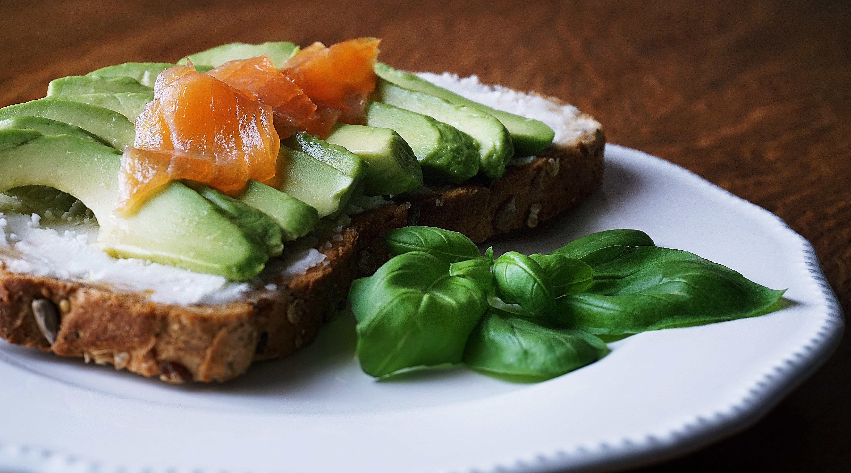 Gratis lagerfoto af avocado, basilikum, brød, close-up