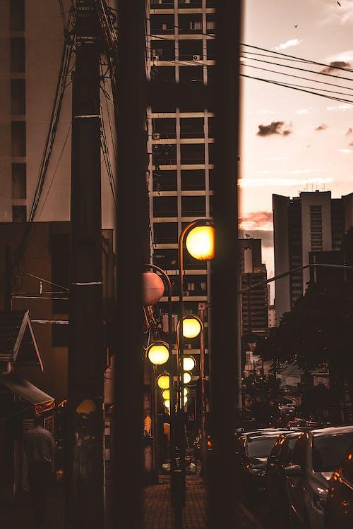 Foto profissional grátis de anoitecer, automóveis, céu, cidade