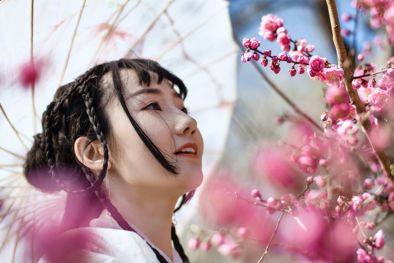 Asyalı kadın, bitki örtüsü, Çiçek açmak, Çiçekler içeren Ücretsiz stok fotoğraf