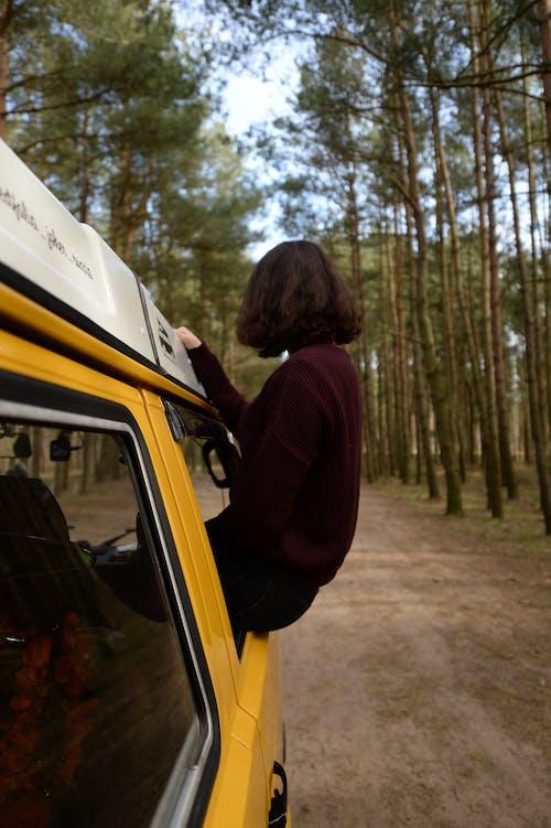 Безкоштовне стокове фото на тему «volkswagen, дорога, жінка, мандрування»