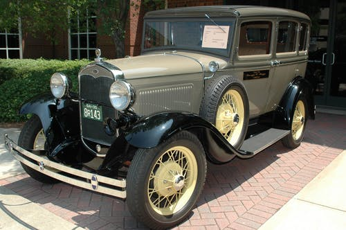Fotos de stock gratuitas de antiguo, arbustos, automotor, automóvil