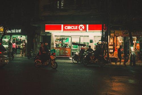 Gratis arkivbilde med butikker, by, fortau, gate