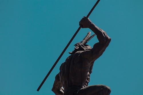 Foto Ad Angolo Basso Della Statua Dell'uomo