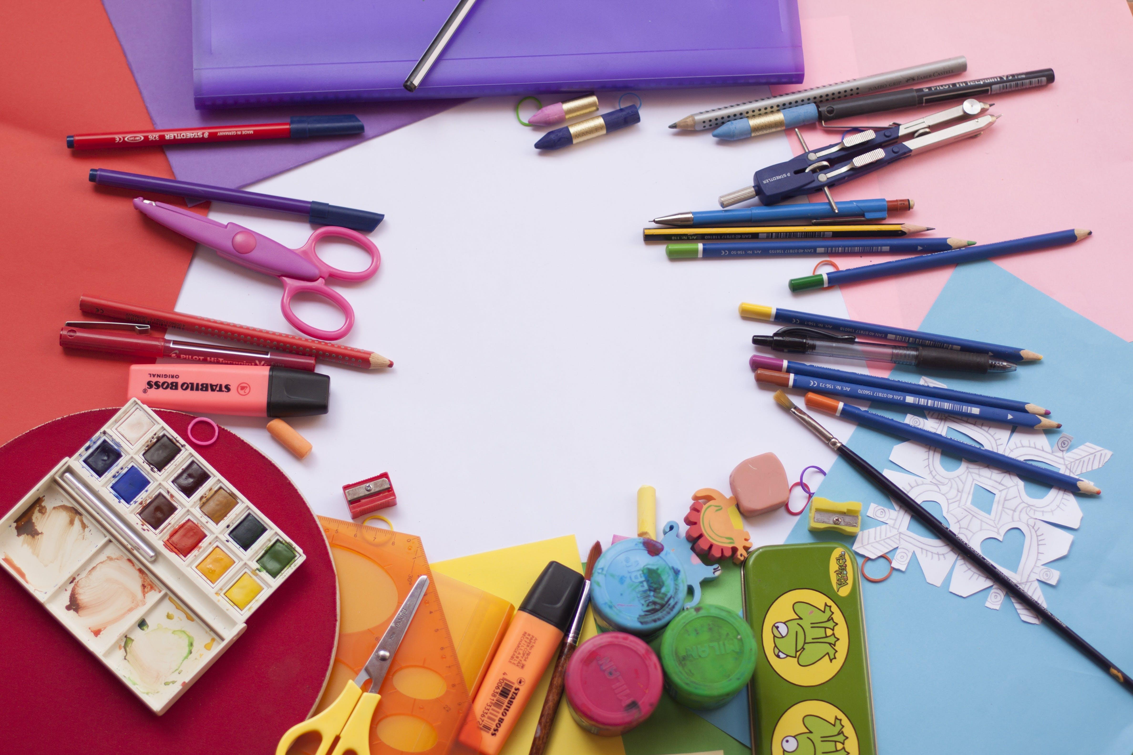 Ajak anak melakukan kegiatan menggunting, menggambar, dan menempel. (Foto: Pexels)