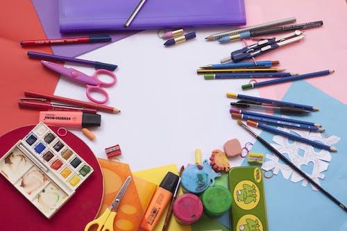 Darmowe zdjęcie z galerii z akwarela, biurko, czerwony, długopis