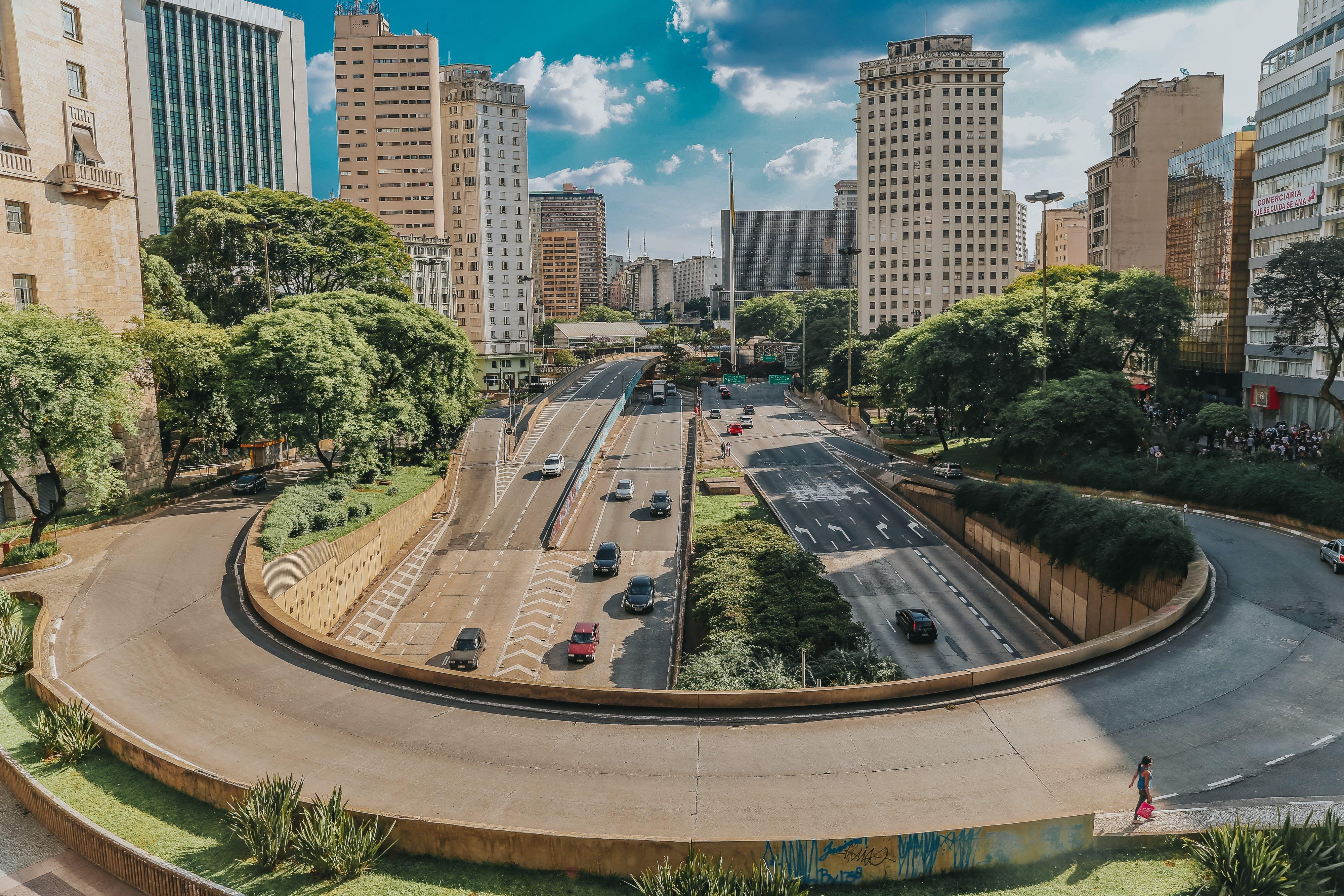 Gratis stockfoto met architectuur, auto's, binnenstad, bomen