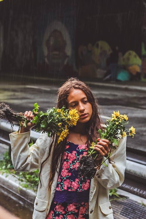 Foto profissional grátis de colheita, criança, desgaste, flores