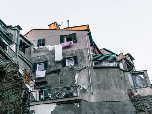 Gratis lagerfoto af arkitektur, balkon, beton, bygning