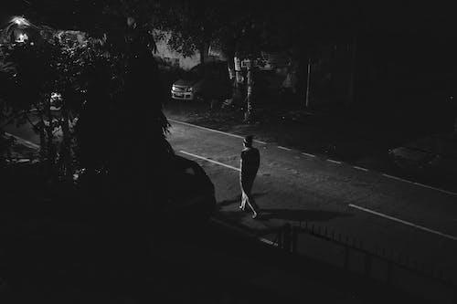Gratis lagerfoto af gadefotografering, mand på en gade