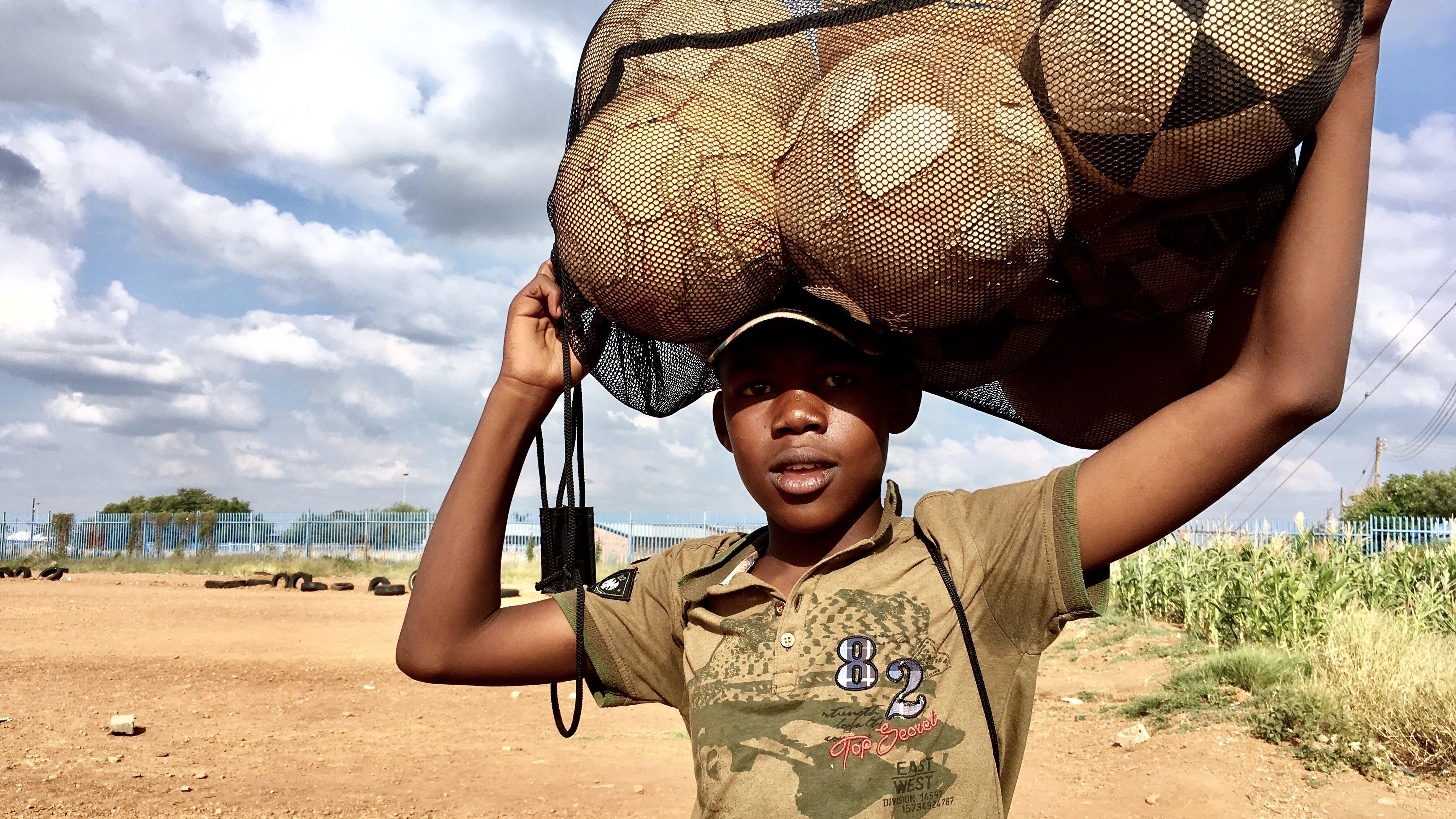 Foto d'estoc gratuïta de Àfrica, camp, camp de futbol, negre