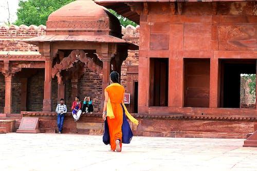 Základová fotografie zdarma na téma červená pevnost, oranžové šaty, palác, žena