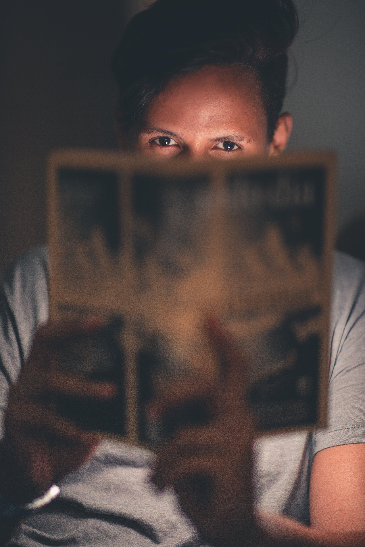 Gratis lagerfoto af ansigtsudtryk, bog, fokus, indendørs