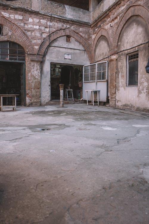 灰色の鋼の建物の門